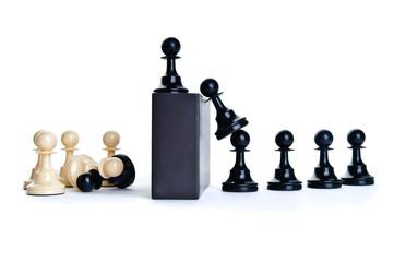 Schachfiguren springen über eine Mauer