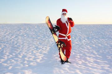 Weihnachtsmann hält Snowboard in der Hand