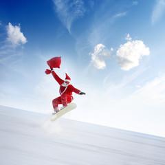 Junger Weihnachtsmann beim Extremsport