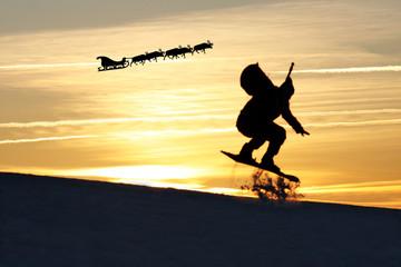 Weihnachtsmann fährt lieber mit Snowbaord als mit der Kutsche