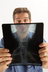 Medico controlla una radiografia
