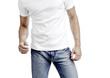 Junger Mann in Jeans und weissem T-Shirt