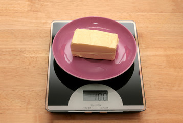 100 Gramm Butter auf einer Waage