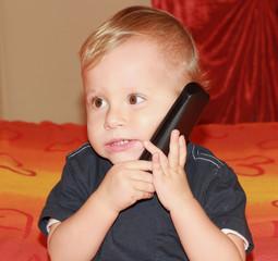bambino che telefona