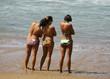 groupes de jeunes femmes sur la plage