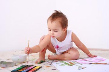 Kind mit Malfarben