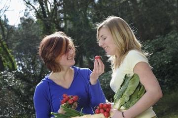 Zwei Mädchen mit Gemüse