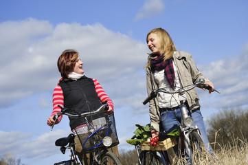 Zwei Mädchen mit Fahrrad