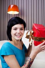 moderne junge frau mit geschenk