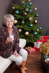 Kaffeegenuß vorm Weihnachtsbaum