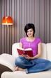 lesende junge Frau