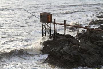 Cabane de pêcheur sous la houle