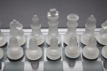 Schachspiel aus Glas auf Leder