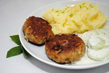 Frikadellen mit Kartoffelbrei und Gurkensalat