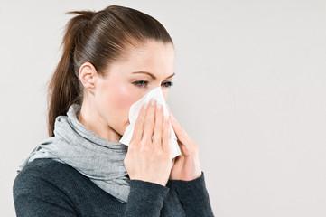 Frau hat Schnupfen und Erkältung