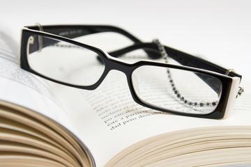 gafas y libro