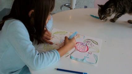 dérangée par le chat en plein dessin
