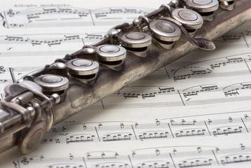 Flauto traverso con spartito musicale