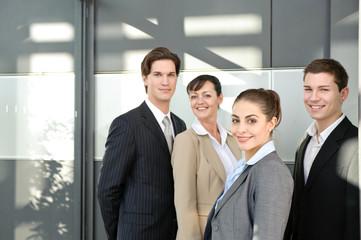 business team freundlich in büro mit sonne