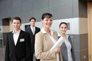 freundliches business team in büro mit chefin
