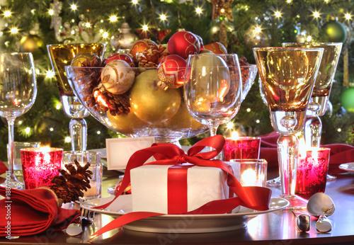 Świątecznym stole ustawienie z czerwoną wstążką prezent