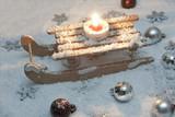 Fototapety Schlitten mit Kerze im Schnee
