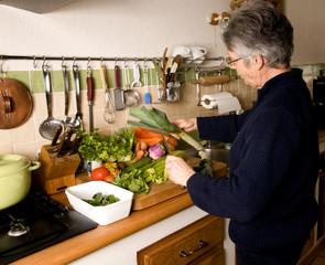femme qui prépare la soupe