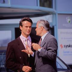 Zwei Geschäftsleute bei einer Besprechung