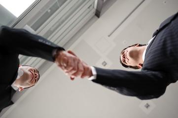 zwei männer schütteln hände zum erfolgreichen geschäftsabschluss