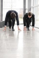 geschäfts männer in start haltung im anzug in büro gebäude