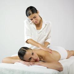 deux jeunes femmes massage bien-être