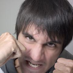 jeune homme agressivité