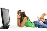 enfant captiver par une émission sur un écran poster