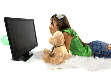 adolescente qui regarde un film effrayant