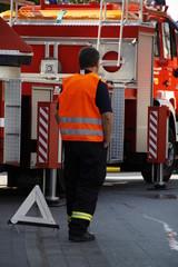 Feuerwehrmann mit Warnweste