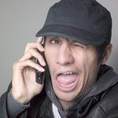 jeune homme téléphone clin d'oeil