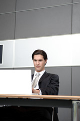 mann in anzug tippt auf tastatur und surft in büro
