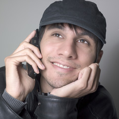 jeune homme rêveur communication téléphone