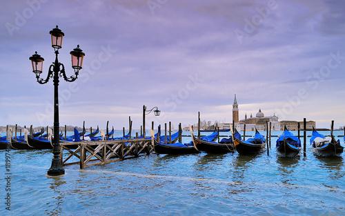 Leinwanddruck Bild Venezia acqua alta, gondole