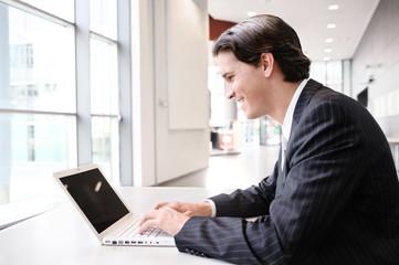 geschäftsmann freut sich beim surfen mit laptop