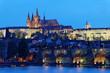 Prag, Karlsbrücke und Prager Burg Hradschin bei Nacht