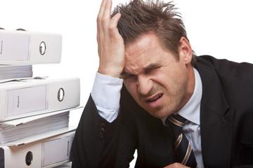 Stressed business man has bad headache in office - Kopfschmerz