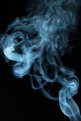 Rauch vor schwarzem Hintergrund