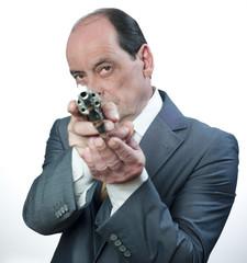 homme pointant une arme a feu