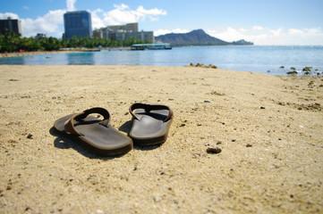 浜辺に忘れ去られたサンダル