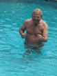 älterer Mann im Urlaub, Swimmingpool, Wassergymnastik