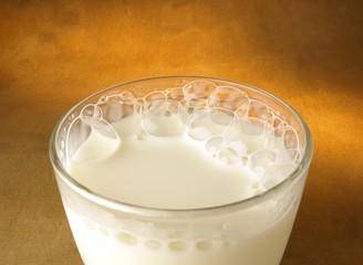Vaso de leche con burbujas