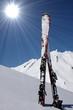 paire de skis plantés dans la neige