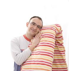 joven en pijama con almohada entres sus brazos
