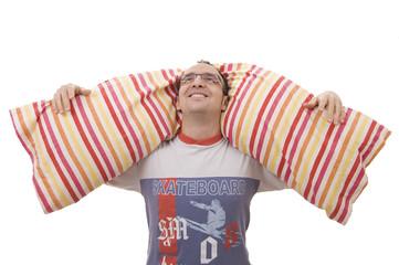 joven en pijama con almohada entre sus brazos